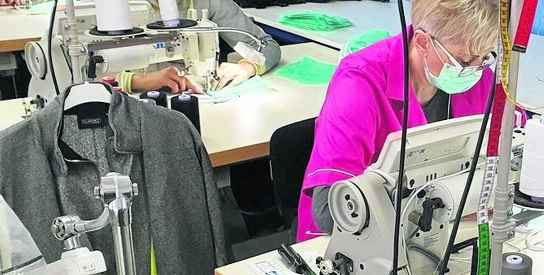 Praca w szwalniach idzie pełną parą, a jej efektem może być wyprodukowanie nawet 100 tysięcy maseczek