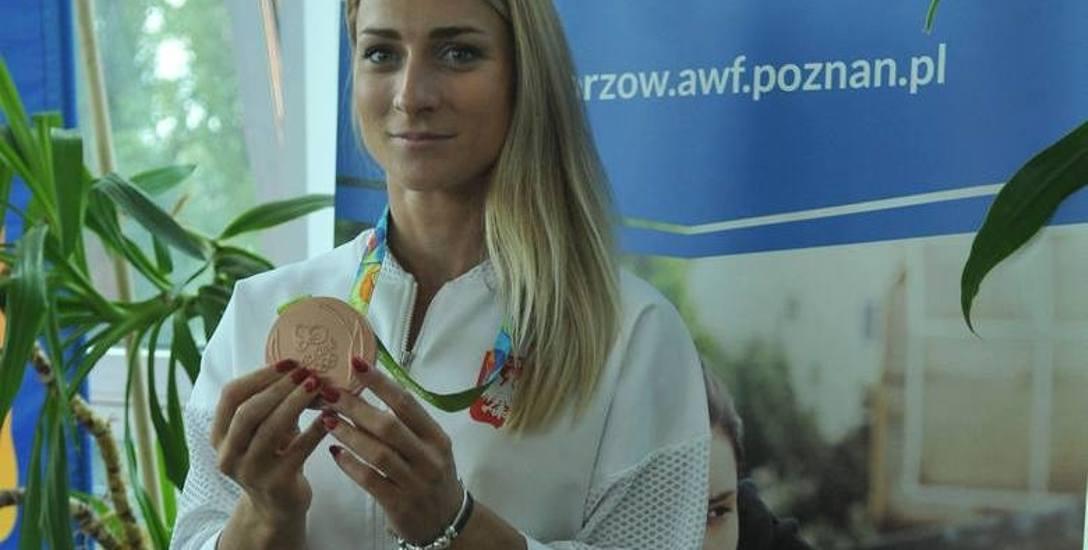 Karolina Naja ma 26 lat, urodziła się w Tychach. Zawodniczka AZS-u AWF Gorzów. Brązowa medalistka igrzysk w Rio de Janeiro w K-2 na 500 m z Beatą Mikołajczyk