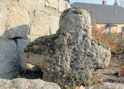 W Ochli krzyż znajduje się obok miejscowego kościoła.