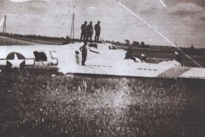 Wrak amerykańskiego samolotu leżał na sławickiej łące jeszcze długo po wojnie