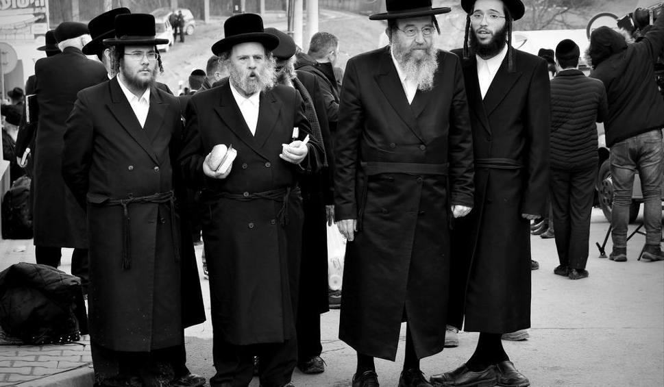 Film do artykułu: Chasydzi w Leżajsku uwiecznieni na czarno-białej fotografii autorstwa Bogdana Myśliwca (zdjęcia)