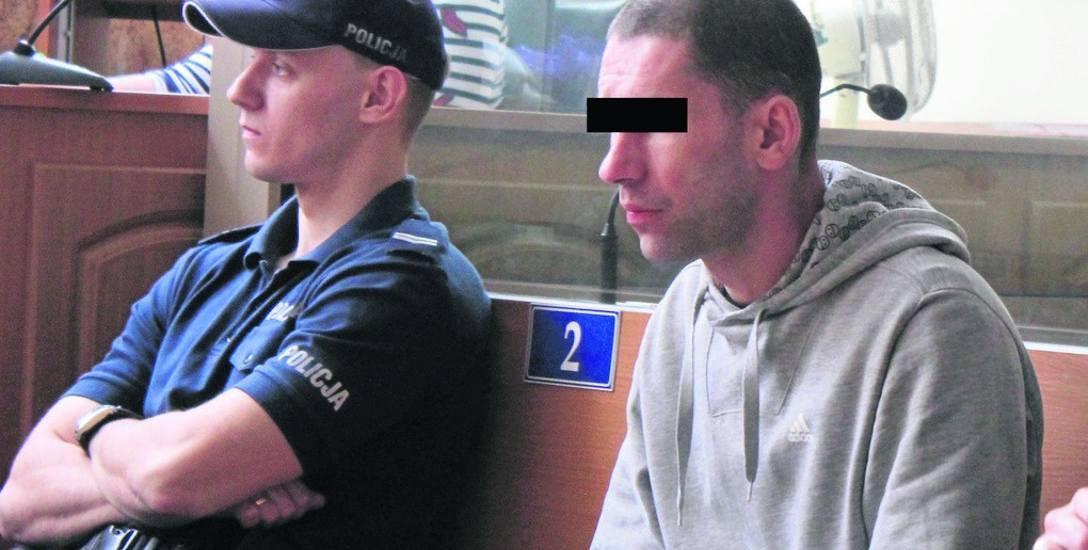 Oskarżony Jarosław P. w sali rozpraw krakowskiego sądu