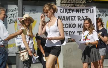 """""""W ciąży nie pij nawet raz"""" - pod takim hasłem w Rzeszowie pikietowali dzisiaj przedstawiciele Rzeszowskiego Porozumienia na rzecz"""