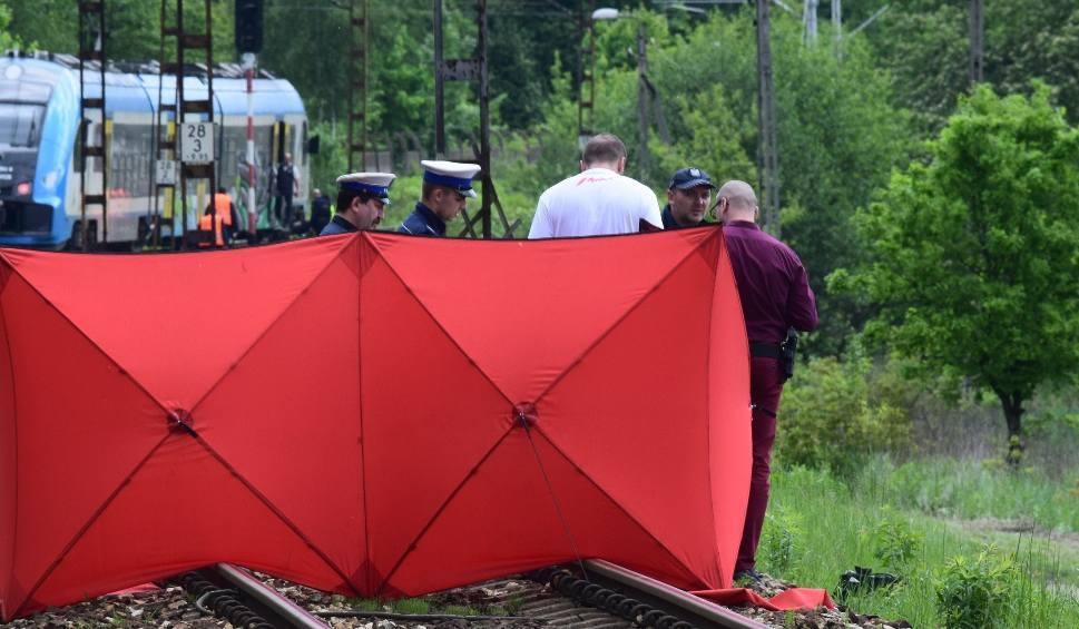 Film do artykułu: Pociąg przejechał mężczyznę: Rzucił się na tory w Czerwionce-Leszczynach koło Rybnika? Nie żyje 36-latek