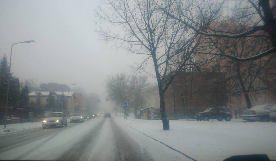 Film do artykułu: Atak zimy w Radomiu i regionie radomskim. Potężne opady śniegu, ślisko na drogach (zdjęcia)
