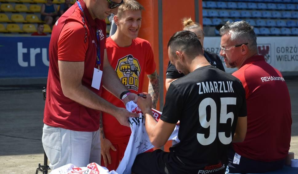 Film do artykułu: Zmarzlik, Janowski i inni - świat speedwaya grał w futbol w trakcie charytatywnego meczu gwiazd