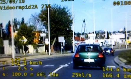 Pomiar wideorejestratorem wykazał, że kierowca przekroczył dozwoloną prędkość o 72 km/h i w terenie zabudowanym gnał z prędkością 142km/h przy ograniczeniu