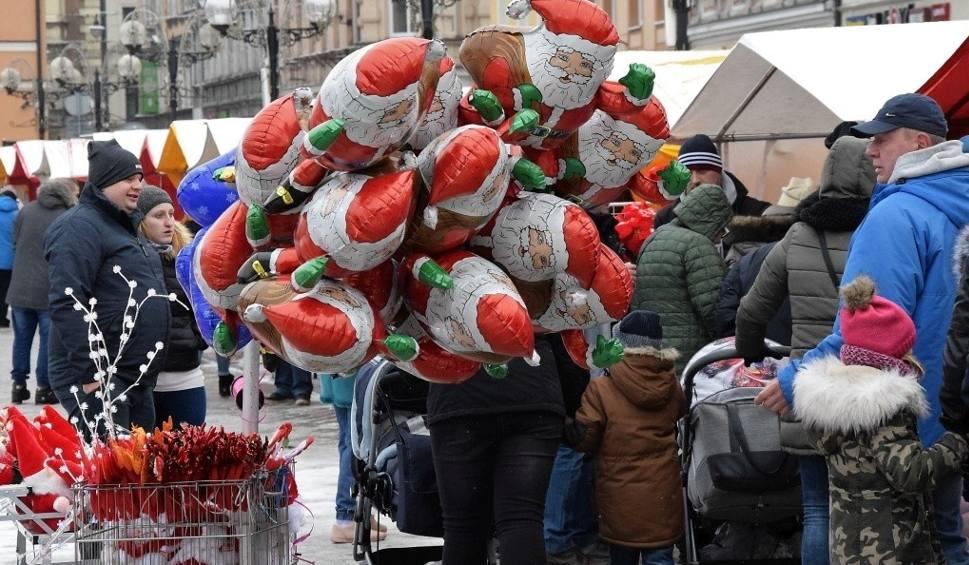 Film do artykułu: Boże Narodzenie coraz bliżej. Na Rynku w Inowrocławiu otwarto Kiermasz Świąteczny