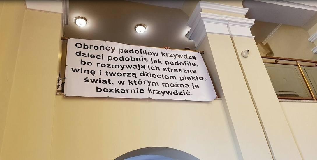 Obywatele RP piętnują obrońców pedofilów.