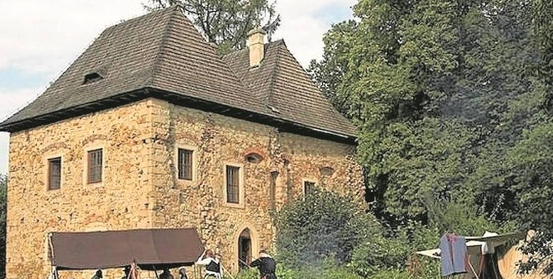 Zabytkowy dwór w Wieruszycach jest jedną z nielicznych zachowanych do dzisiaj siedzib szlacheckich z XVI wieku