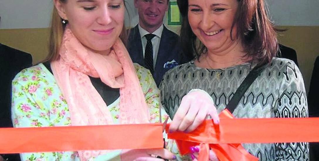 Klaudia Lange (z lewej) i dyrektor PCPR Małgorzata Kubiak--Horniatko otwierają mieszkanie treningowe w Szczecinku