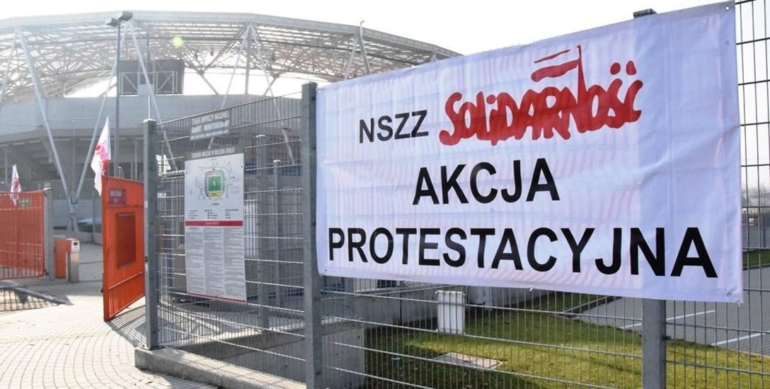 Flagi i transparenty informujące o akcji protestacyjnej wisiały na obiektach BBOSiR od końca października. Zniknęły w piątek 15 listopada