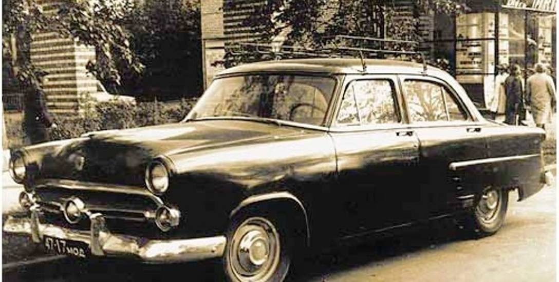 Ford Mainline rocznik 1952-53 - natchnienie stylistów z fabryki GAZ. Auto sfotografowano w latach 50. na moskiewskiej ulicy