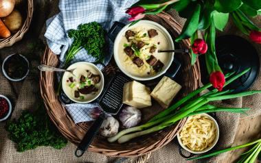 Kremowa zupa czosnkowa z serem. Zobaczcie przepis!