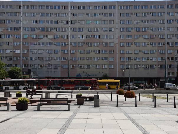 Betonowy moloch i jeszcze więcej betonuNad rynkiem w Rudzie Śląskiej dominuje wielki betonowy blok z wielkiej płyty. Taka architektura ma również swój