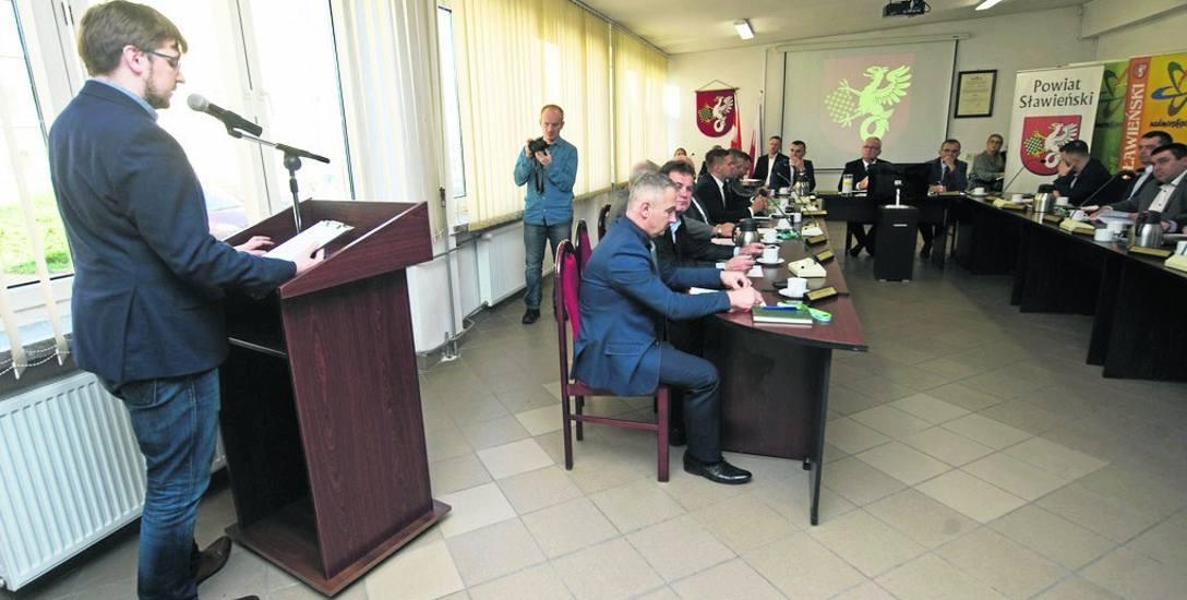 Radny Bartosz Bukowski zadał łącznie 10 pytań związanych z powiatowym szpitalem. Na te pytania starosta Wojciech Wiśniowski ma odpowiedzieć pisemnie,