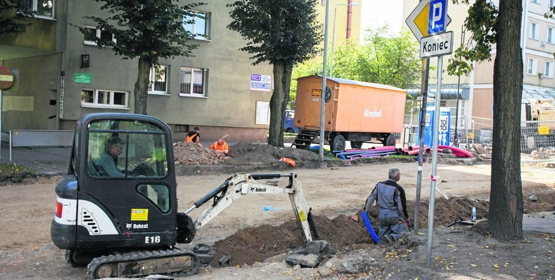 Gdy drogowcy rozkopali pas drogowy na skrzyżowaniu Starego Rynku i ulicy Kowalskiej w Słupsku, odkryli instalacje, których się tam nie spodziewali.