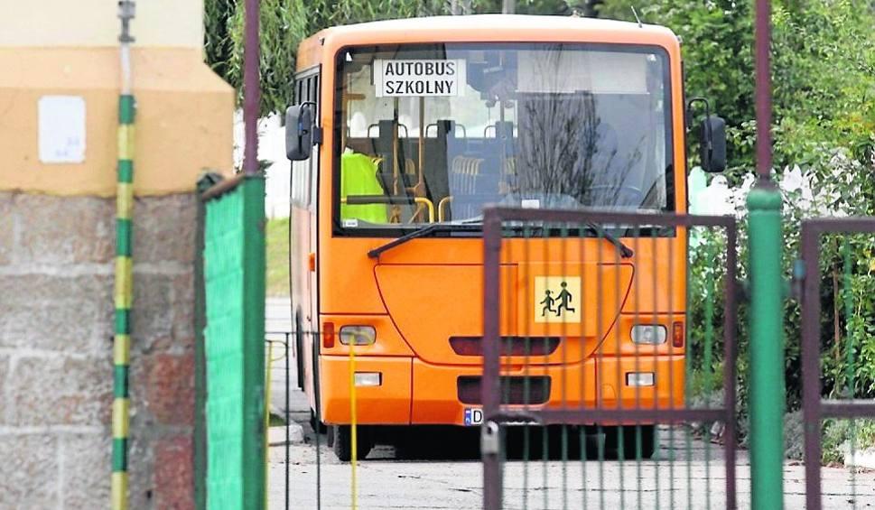 Film do artykułu: Autobus dowozi przedszkolaki tylko do budynku szkoły w Pobłociu, potem muszą iść na piechotę