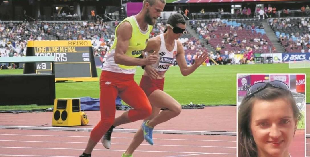 Biegacz i przewodnik są połączeni opaską o długości do 1 m. Nie może ona być elastyczna, musi być przywiązana do ręki  biegaczki. Na zdj. Joanna Maz