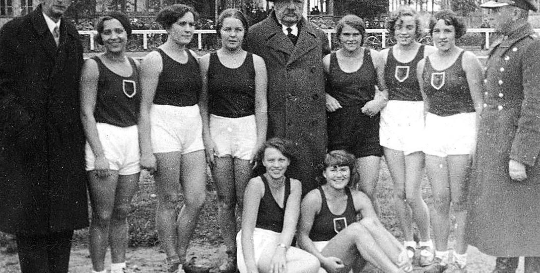 Czołowe zawodniczki Jagiellonii Białystok z lat 30. i działacze klubu na Stadionie Zwierzynieckim. W środku słynny Mikołaj Kawelin.