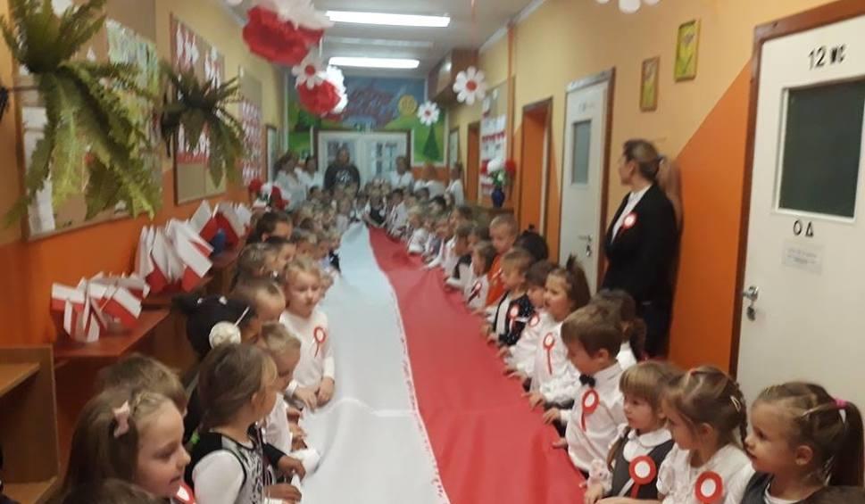 Film do artykułu: Przedszkolaki śpiewały hymn, biły rekord... [ZDJĘCIA]