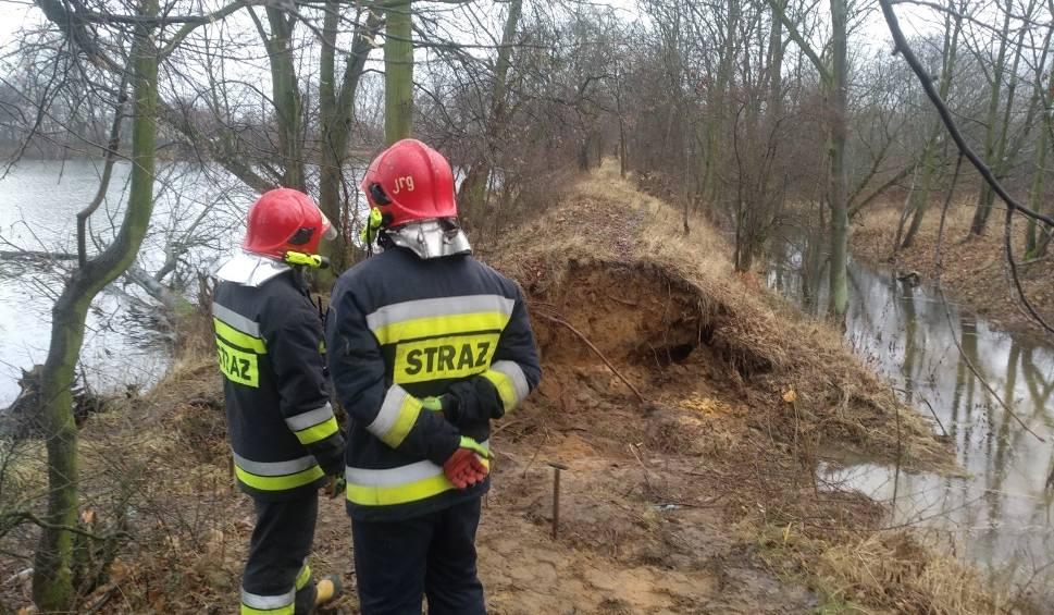 Film do artykułu: Przerwany wał przeciwpowodziowy w Bydgoszczy. Trwa akcja strażaków [12.12.2018]