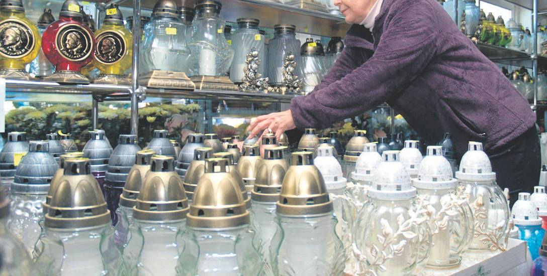 W kwiaciarni Centrum w Koszalinie przy cmentarzu przez cały rok są znicze i kompozycje na groby. Teraz ich wybór jest największy, w sprzedaży jest mnóstwo