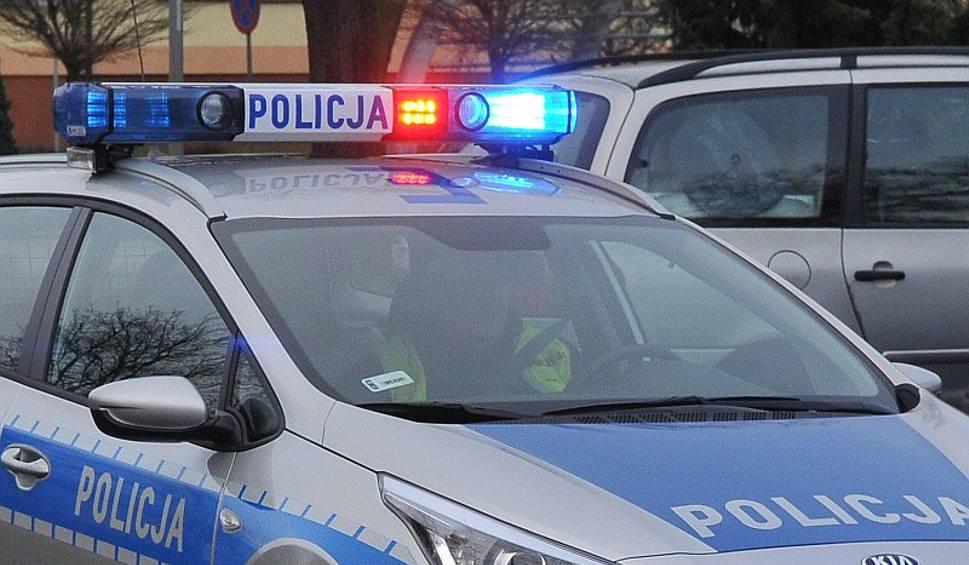Film do artykułu: Kolizja audi i toyoty na wylocie z Kostrzyna w stronę Dębna. Jeden z samochodów wylądował w rowie