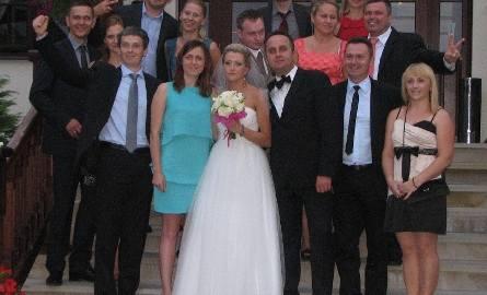 """Przyjęcie weselne odbyło się w restauracji """"Sarmata"""" w Sandomierzu. Pamiątkowe zdjęcie Państwa Młodych z przyjaciółmi z torów łuczniczych, zarówno z"""