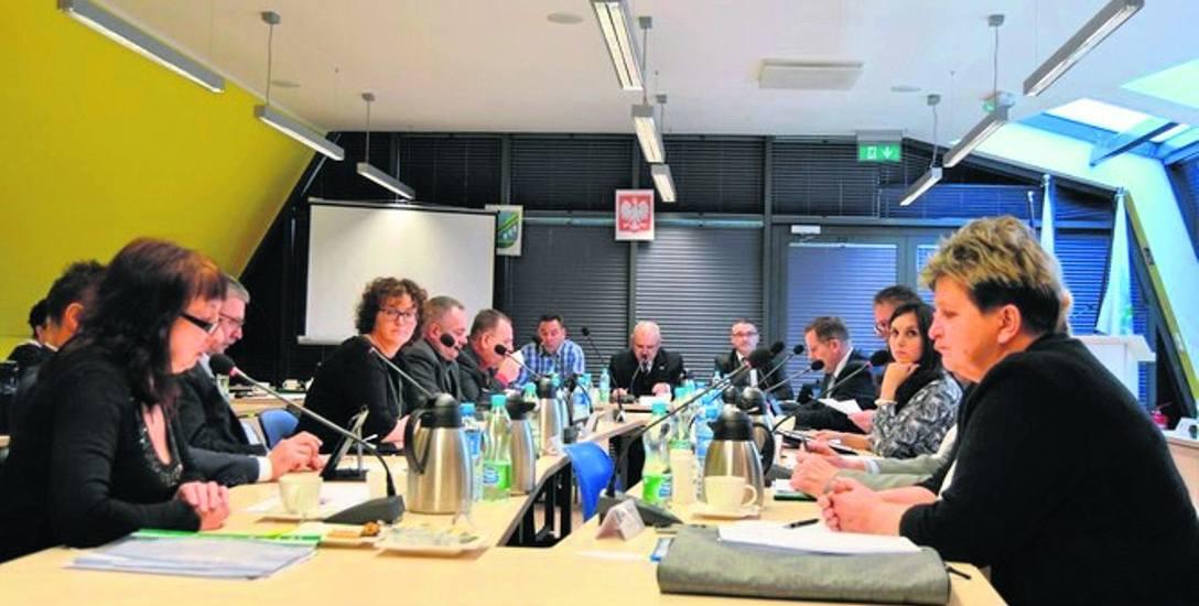 Sesja Rady Miasta w Mielnie odbywała się w sali konferencyjnej przy stadionie miejskim