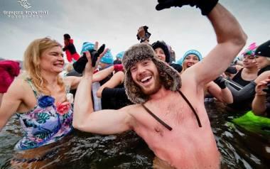 Morsy zimą są w swoim żywiole! Kąpiele tego typu zyskują na popularności - słusznie, morsowanie poprawia i zdrowie, i humor.