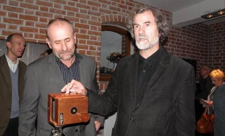 Ryszard Karczmarski (z prawej) objaśniał, jakie atuty ma camera obscura. Obok Mirosław Rekowski