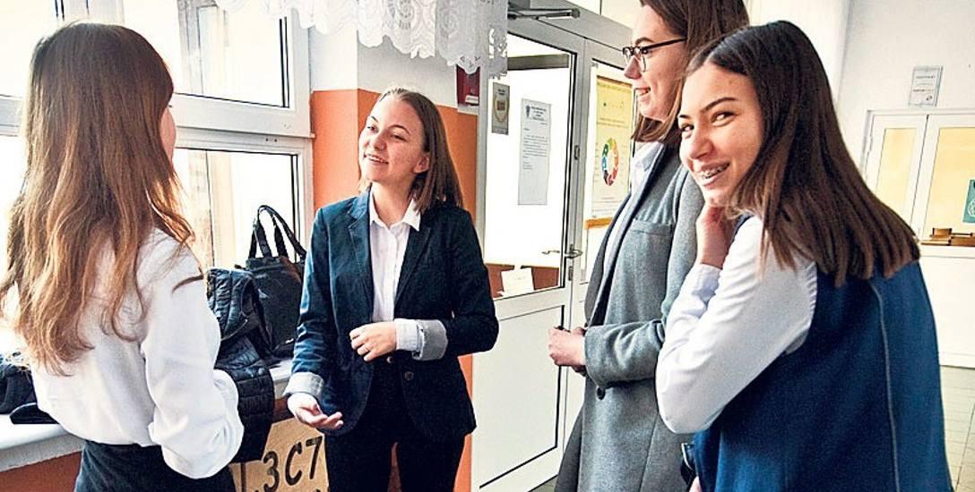 SP23 w Koszalinie. Młodzież wyszła z egzaminu raczej uśmiechnięta, proste pytania i dobrze omówiona lektura były ich tegorocznym sprzymierzeńcem