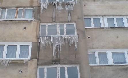 Sople zwisające z bloku przy ul. Wiśniowej w Zielonej Górze mogą zabić (zdjęcia Czytelnika)