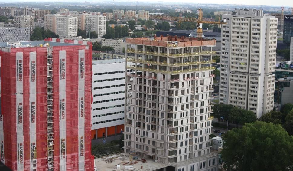 Film do artykułu: Budują 280 nowych mieszkań w centrum Katowic. Konstrukcje dwóch wież Sokolska 30 Towers są już gotowe. Zobaczcie, jak to wygląda