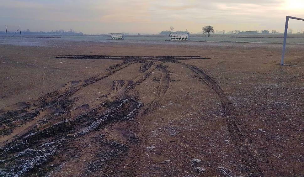 Film do artykułu: Skandal! Boisko A-klasowego klubu w Rudzie Wielkiej zostało zniszczone przez auto!