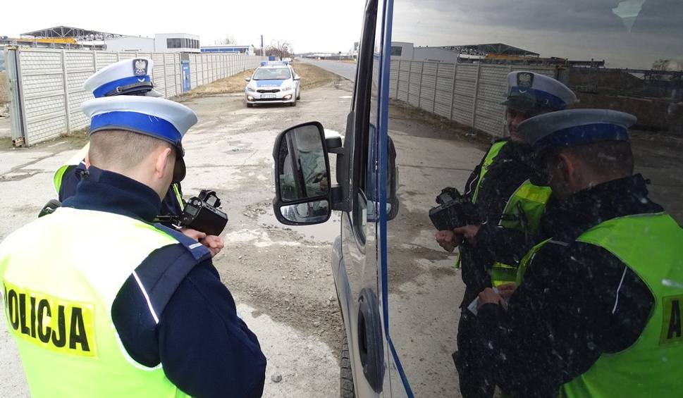 Film do artykułu: Pijany 32-latek z Brzegu gnał z prędkością prawie 130 km/h. Policjantom powiedział, że jedzie po dzieci