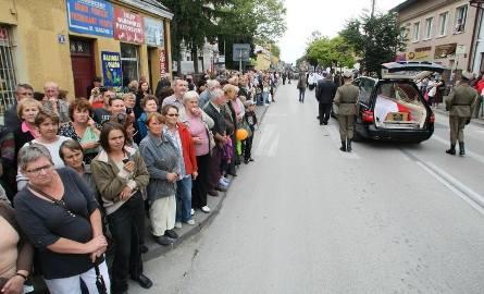 Kondukt pogrzebowy szedł z kościoła na cmentarz przez centrum Buska-Zdroju. Posła żegnały tłumy mieszkańców miasta. Sprowadził się tu za żoną Małgorzatą,