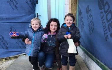 Miriam Gołębiewska z dziećmi na budowie domu w Lubaniu pod Nową Karczmą