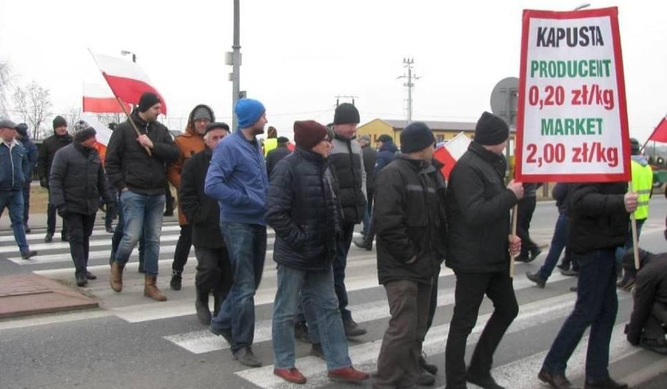 Film do artykułu: Rolnicy zablokowali drogę w Ociążu. Domagają się m.in. wyrównania dopłat unijnych [ZDJĘCIA]