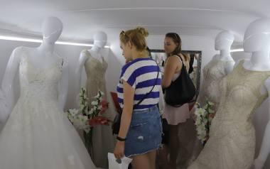 """Podczas wizyty w Radomiu w autobusie zostały zaprezentowane suknie ślubne z radomskiego salonu mody ślubnej """"Mariaż"""""""