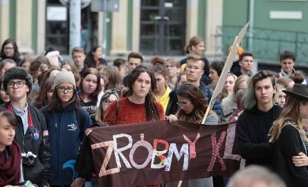 Młodzieżowy Marsz Klimatyczny 2019 w Szczecinie. Uczniowie wraz z nauczycielami maszerowali w obronie klimatu [WIDEO, ZDJĘCIA]