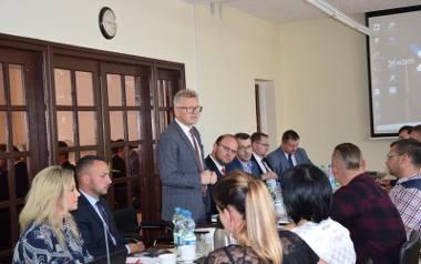 Wójt Mirosław Szymanek nie ukrywa zadowolenia z dodatkowych milionów w budżecie gminy