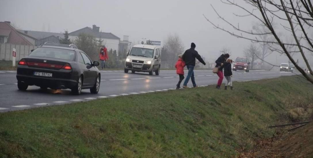 Aby dostać się do centrum handlowego mieszkańcy przebiegali przez ulicę.