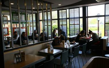 Bary, kawiarnie i restauracje od 15 maja będą mogły otworzyć ogródki przed lokalami i przyjmować gości na razie jeszcze na zewnątrz. Od kolejnego tygodnia,