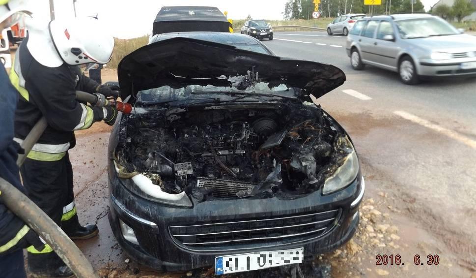 """Film do artykułu: Na """"siódemce"""" w gminie Chęciny zapalił się samochód"""