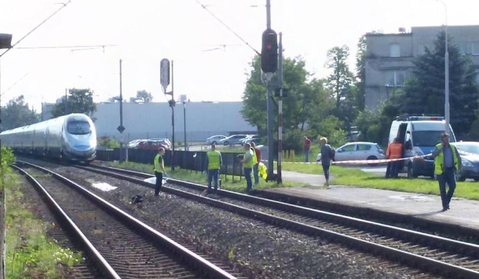 Film do artykułu: Wypadek na kolei w Katowicach Piotrowicach: Pociąg pendolino przejechał 26-letnią kobietę. Ogromne opóźnienia pociągów na trasach do Katowic