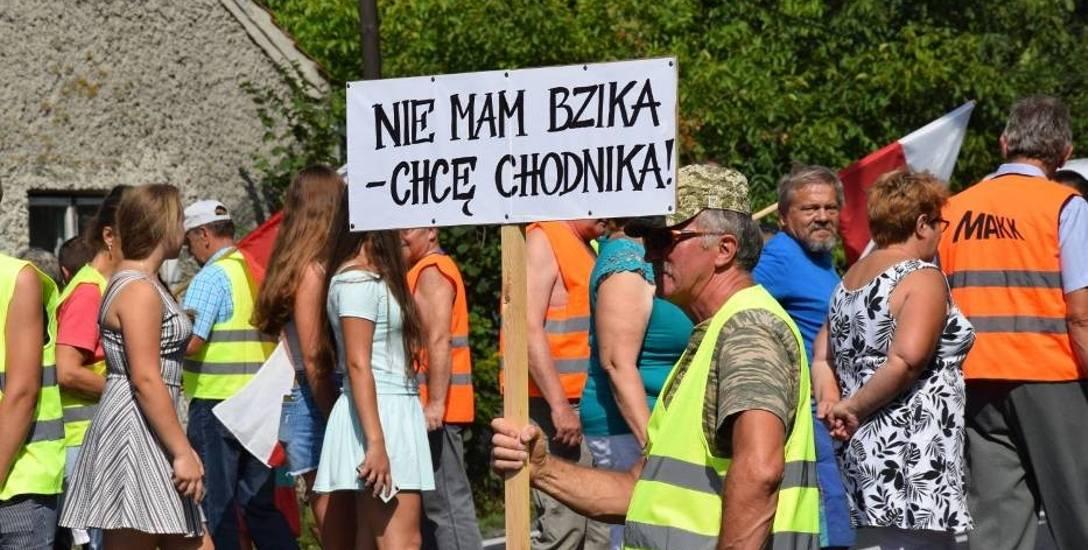 18 tysięcy aut na dobę, a chodnika nie ma w Goleniowach. Ludzie blokują drogę