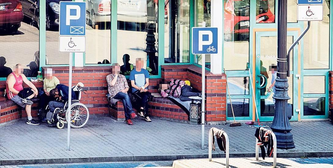 Stały widok dla osób wchodzących i wychodzących z nowego dworca PKP w Bydgoszczy. Mimo że to wciąż te same osoby, okazuje się, że nie można ich stamtąd