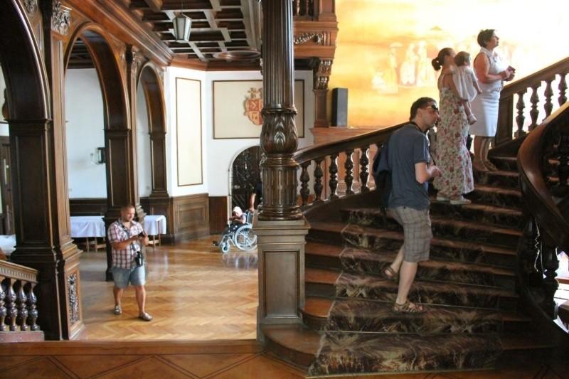 Zamek nie jest się w stanie utrzymać z pieniędzy zostawianych przez turystów, którzy wpadają tu na chwilę zwiedzić komnaty.